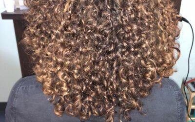 Droog knippen krullend haar of met een slag